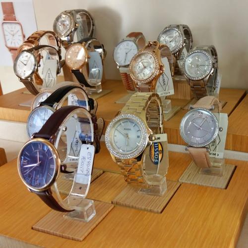 Auswahl der FOSSIL Uhren im Schmuckfenster