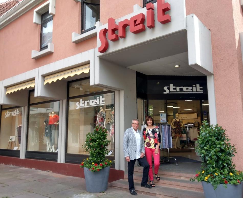 Charlotte Ochs und Rainer Behringer vor dem Modehaus Streit Ettlingen